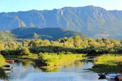 山的脚的湖 免版税库存照片