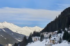 山的脚的积雪的山村在冬天下午,滑雪胜地Ischgl蒂罗尔AlpsÑŽ的 库存图片