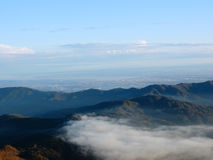从山的自然看法与天空 库存照片
