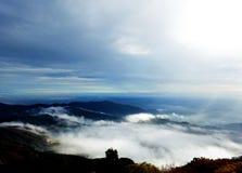 从山的自然看法与天空 免版税库存图片