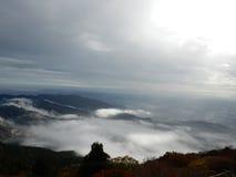 从山的自然看法与天空 免版税库存照片