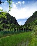 山的蓝色湖在九寨沟风景名胜区名胜 免版税库存图片