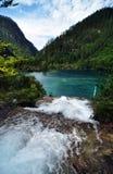 山的蓝色湖在九寨沟风景名胜区名胜 库存照片