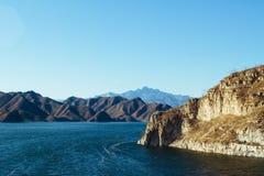 山的蓝色湖 免版税库存图片