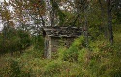 山的被放弃的房子 库存照片