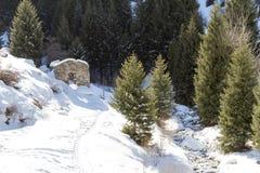 山的被破坏的石房子 库存照片