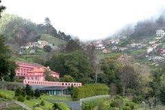 山的议院在森林和大雾中间 免版税库存图片