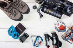 登山的设备和远足在木背景 库存图片