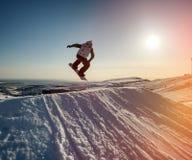 山的跳跃的挡雪板 库存照片