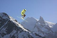 山的跳跃的滑雪者 极端体育, freeride 免版税库存图片