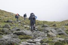 山的远足者在湖区,英国 免版税库存照片