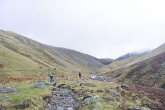 山的远足者在湖区,英国 图库摄影