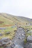 山的远足者在湖区,英国 库存照片