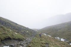 山的远足者在湖区,英国 免版税库存图片
