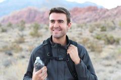 山的适用于户外的人与背包和一个瓶水 免版税库存图片