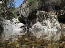 山的透明湖 免版税库存照片