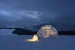 山的雪园屋顶的小屋 免版税库存图片