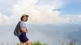 山的青少年的女孩远足者 图库摄影