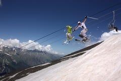 山的飞行滑雪者 免版税库存照片