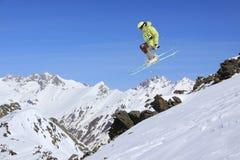 山的飞行滑雪者 极端冬季体育 免版税图库摄影
