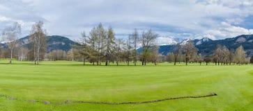 山的高尔夫球场 免版税库存图片