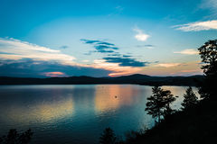 从山的高度的湖在日落的 免版税库存照片