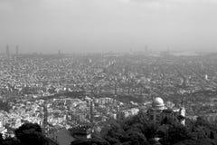 从山的巴塞罗那都市风景 图库摄影