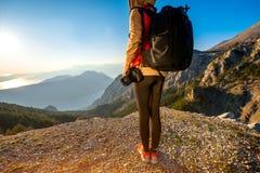 山的年轻旅客摄影师 免版税库存照片