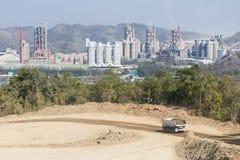 山的水泥工厂 图库摄影
