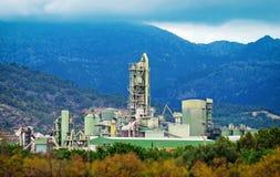 山的水泥工厂 免版税库存照片