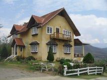 山的黄色房子 免版税库存图片