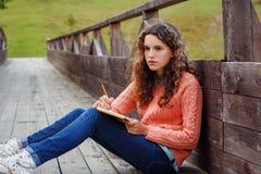 山的年轻艺术家 免版税图库摄影