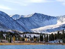 山的Forest湖。 库存照片