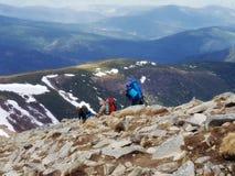 山的Goverla,有clim的三个人三位登山家 免版税库存照片
