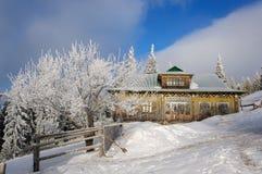 山的Karpaty老被放弃的木房子 免版税库存照片