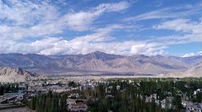 山的Leh市在蓝天下 免版税图库摄影