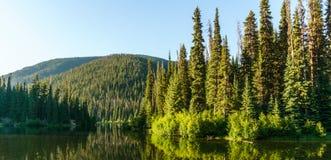 山的Mountain湖晴天不列颠哥伦比亚省加拿大 库存图片