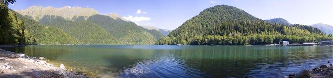 山的Ritsa湖 免版税图库摄影