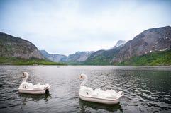 山看法与两条鸭子小船的在hallstatt湖和蓝天背景,奥地利中 免版税库存图片