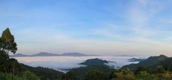 山看法与雾的在下雨季节中 库存照片