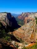 山看法从峡谷的在锡安俯视足迹 库存照片