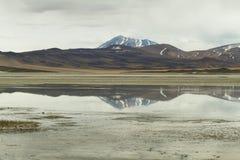 山看法和阿瓜calientes盐湖在Sico通过, 库存图片