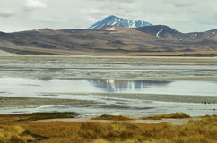 山看法和阿瓜calientes盐湖在Sico通过 免版税库存照片