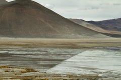 山看法和阿瓜calientes盐湖在Sico通过 免版税图库摄影
