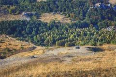 山看法在有路4x4汽车的克里米亚 库存照片