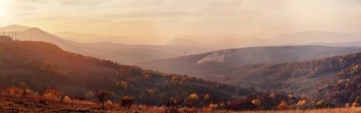 山秋天日落与五颜六色的森林的全景风景 库存图片
