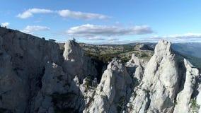 山空中览绳空中全景,在蓝色,多云天空背景的绿色树上 射击 迷人的峭壁 股票录像