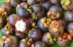 山竹果树夏天热带果皮在香蕉叶子 免版税库存图片