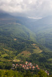 山红色被顶房顶的村庄 免版税库存图片