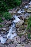 山结构 一条小的山河 免版税库存图片
